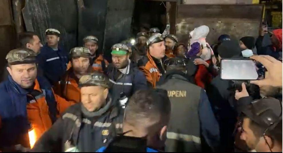 Minerii blocaţi în subteranul Minei Lupeni au ieşit la suprafaţă, fiind întâmpinaţi de familii – FOTO