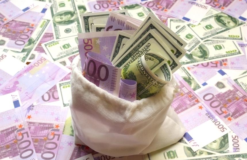 Leul aproape a stagnat vineri la 4,9243 unităţi pentru un euro